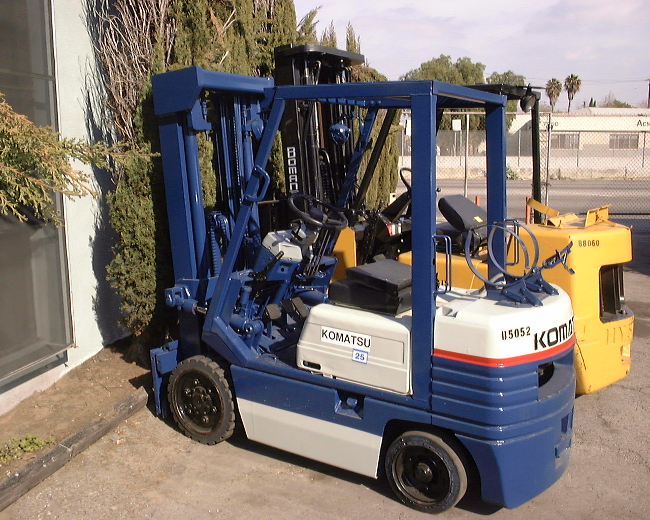 Lift trucks and pallet trucks click here for lift truckspallet truckselectric forkliftforklift certificationforklifts xflitez Gallery